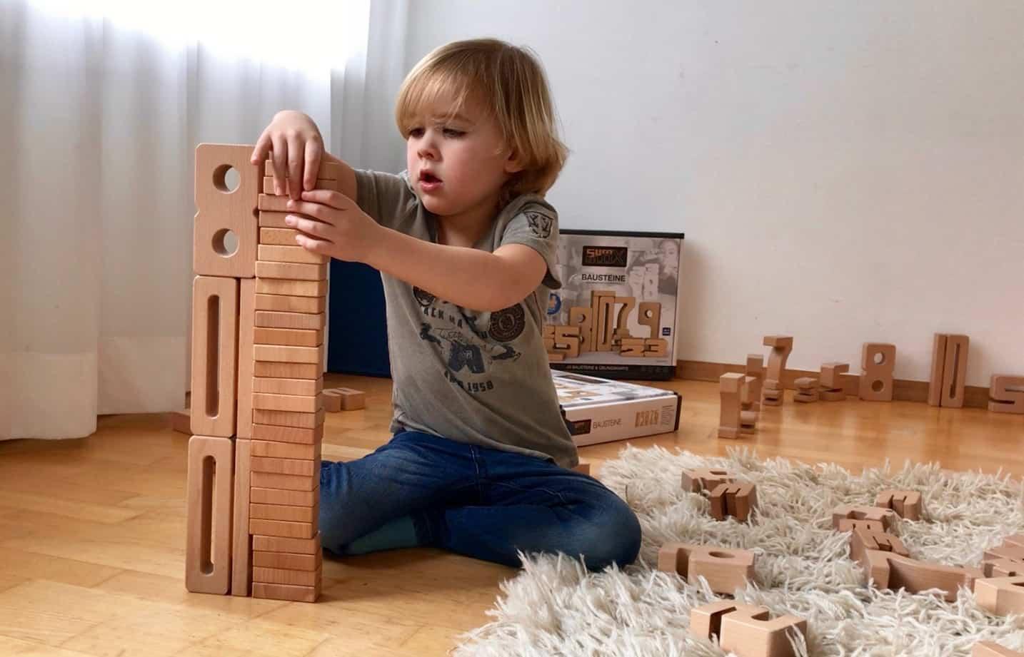 4-jähriger baut Türme im Zahlenraum bis 30